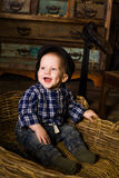 Rapaz pequeno em uma cesta de Provence rural rústico Foto de Stock Royalty Free