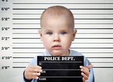 Rapaz pequeno em uma placa da prisão fotografia de stock royalty free