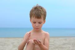 Rapaz pequeno em uma praia Foto de Stock Royalty Free