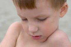 Rapaz pequeno em uma praia Fotos de Stock Royalty Free