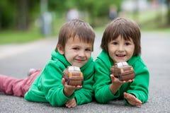 Rapaz pequeno engraçado que joga com o carro do chocolate, exterior Imagem de Stock Royalty Free