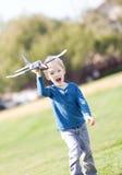 Criança que joga com um plano foto de stock royalty free