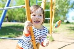 Rapaz pequeno feliz bonito com o lolly no verão Imagens de Stock