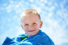 Rapaz pequeno feliz com um fundo do céu Foto de Stock Royalty Free