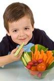 Rapaz pequeno feliz com uma bacia de legumes frescos Fotografia de Stock Royalty Free