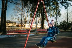 Rapaz pequeno feliz no balanço Imagem de Stock Royalty Free