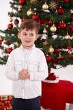Rapaz pequeno feliz no Natal fotografia de stock