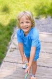 Rapaz pequeno feliz que escala no campo de jogos exterior Fotos de Stock