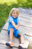 Rapaz pequeno feliz que escala no campo de jogos exterior Imagens de Stock Royalty Free