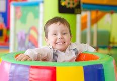 Jogo feliz do rapaz pequeno Fotos de Stock