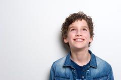 Rapaz pequeno feliz que olha acima Fotos de Stock
