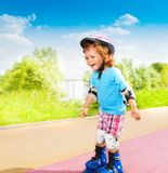 Rapaz pequeno feliz que patina para baixo Imagens de Stock