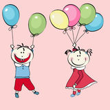 Rapaz pequeno feliz, vôo da menina com os balões Imagens de Stock Royalty Free