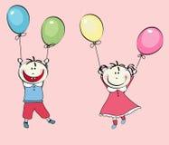 Rapaz pequeno feliz, vôo da menina com os balões Foto de Stock Royalty Free