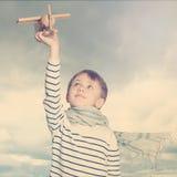 Rapaz pequeno fora sob o céu Fotografia de Stock