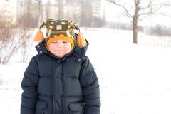Rapaz pequeno frio na neve do inverno Fotografia de Stock Royalty Free