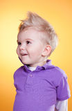 Rapaz pequeno interessado feliz na violeta fotos de stock royalty free