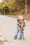 Rapaz pequeno irritado exterior Imagem de Stock Royalty Free