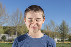 Rapaz pequeno irritado no parque imagens de stock