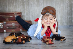 Rapaz pequeno, jogando com carros de madeira Imagens de Stock