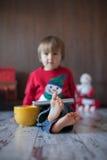 Rapaz pequeno, jogando na tabuleta Fotos de Stock