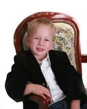 Rapaz pequeno na cadeira no fundo branco Fotos de Stock