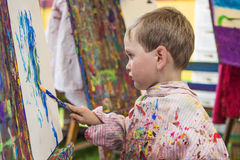 Rapaz pequeno na classe de arte Foto de Stock Royalty Free