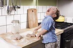 Rapaz pequeno na cozinha Fotografia de Stock Royalty Free