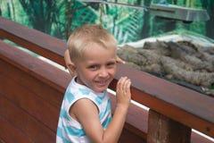Rapaz pequeno na exploração agrícola do crocodilo Foto de Stock Royalty Free