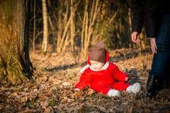 Rapaz pequeno na floresta do ar livre Foto de Stock Royalty Free