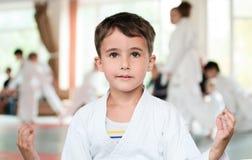Rapaz pequeno na meditação do quimono Fotografia de Stock Royalty Free