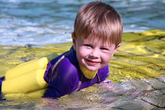 Rapaz pequeno na piscina Imagens de Stock Royalty Free