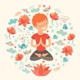 Rapaz pequeno na posição de lótus com flor de lótus Imagens de Stock Royalty Free