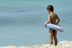 Rapaz pequeno na praia Imagens de Stock Royalty Free