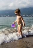 Rapaz pequeno na praia do mar Fotos de Stock Royalty Free