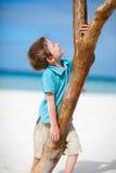 Rapaz pequeno na praia tropical Imagem de Stock