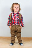 Rapaz pequeno na roupa rural fotografia de stock