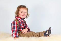 Rapaz pequeno na roupa rural fotos de stock