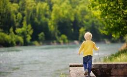 Rapaz pequeno na situação perigosa durante a caminhada no parque foto de stock royalty free