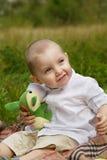Rapaz pequeno nas madeiras Fotos de Stock