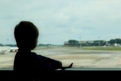 Rapaz pequeno no aeroporto Foto de Stock Royalty Free