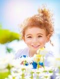 Rapaz pequeno no campo da margarida Fotos de Stock