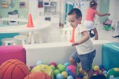 Rapaz pequeno no campo de jogos Fotos de Stock