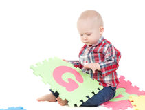 Rapaz pequeno no estúdio Imagens de Stock Royalty Free