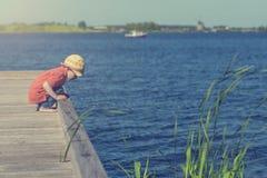 Rapaz pequeno no lago Imagem de Stock Royalty Free