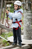 Rapaz pequeno no parque da aventura Fotografia de Stock