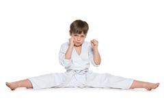 Rapaz pequeno no quimono contra o branco imagens de stock royalty free
