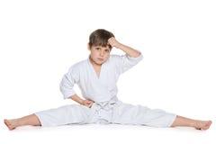 Rapaz pequeno no quimono no assoalho imagens de stock