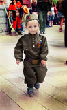 Rapaz pequeno no uniforme militar no dia da vitória do feriado Imagens de Stock