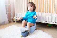 Rapaz pequeno no urinol Foto de Stock Royalty Free